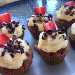 Brioșe cu budincă de vanilie și căpșune servite pe platou