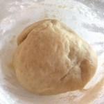 Bilă de aluat pentru plăcintă sărată cu brânză și dovlecei
