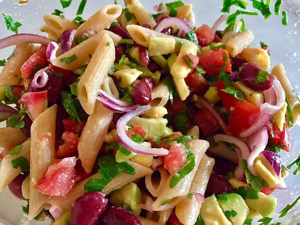 Salată vegetariană cu paste integrale, fasole boabe și avocado