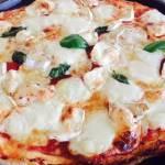 Blat de pizza pufos, rapid și gustos cu brânzeturi