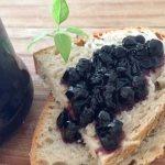 Dulceață de afine pe felie de pâine