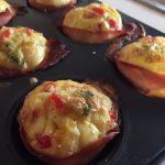 Brioșe din ouă, legume și bacon la cuptor de aproape