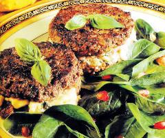 Hamburger umplut cu brânză verde