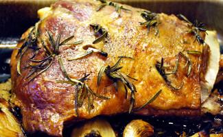 Friptură de miel la cuptor cu usturoi şi rozmarin