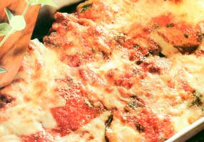 Vinete gratinate la cuptor cu brânză şi cu sos de roşii