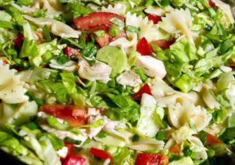 Salată de pui cu paste şi legume