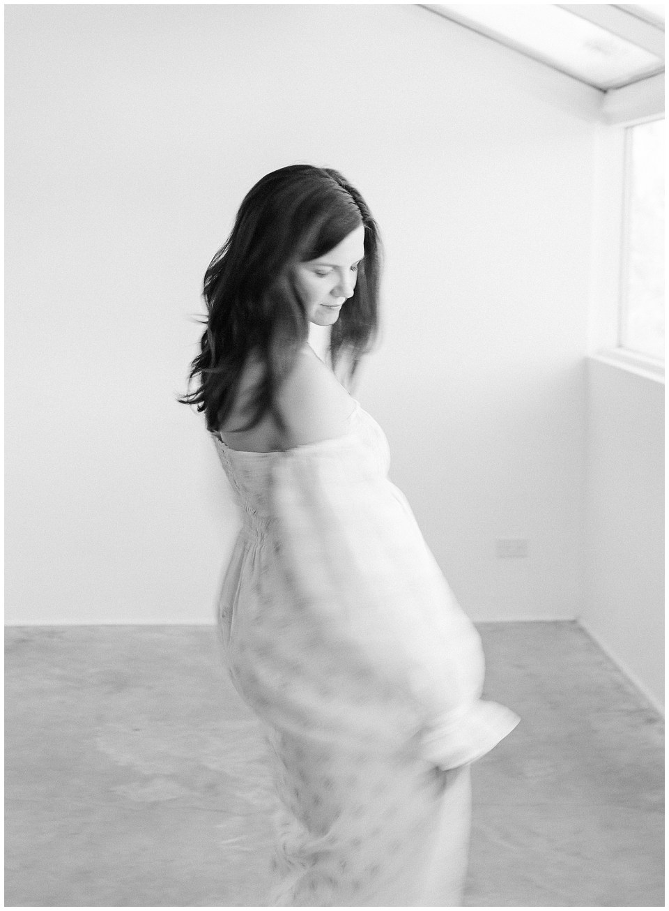 black and white maternity picture