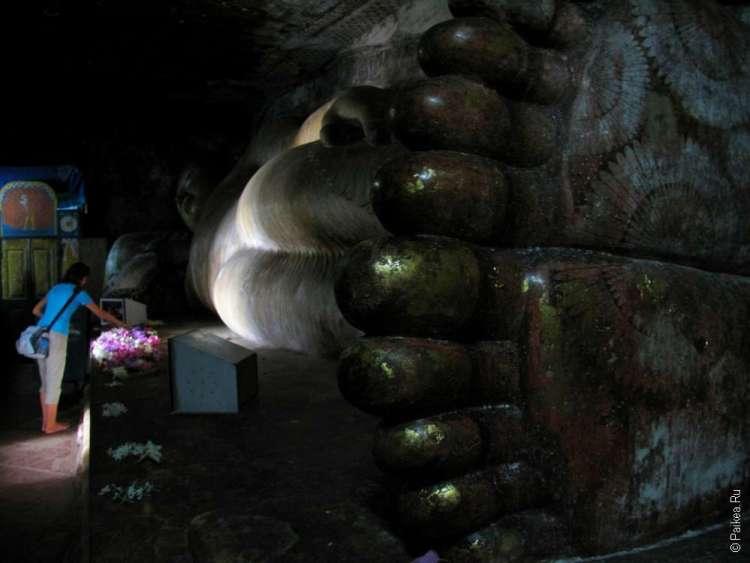 Лежащий Будда в пещерном храме Дамбулла