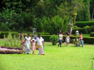 Шри-ланкийцы гуляют в парке