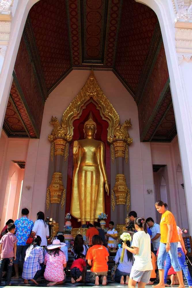 Историческая статуя Будды в полный рост