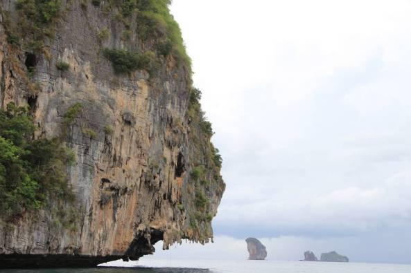 Скала висит над морем экскурсия 4 острова краби