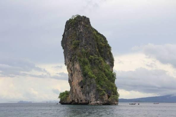 Огромная скала в море экскурсия 4 острова краби