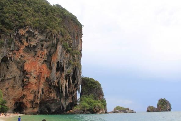 Живописные скалы полуострова Рейли краби