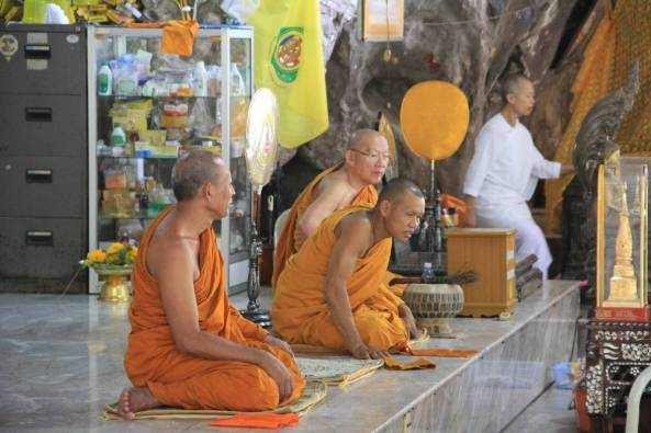монахи в тайском храме пещеры тигры