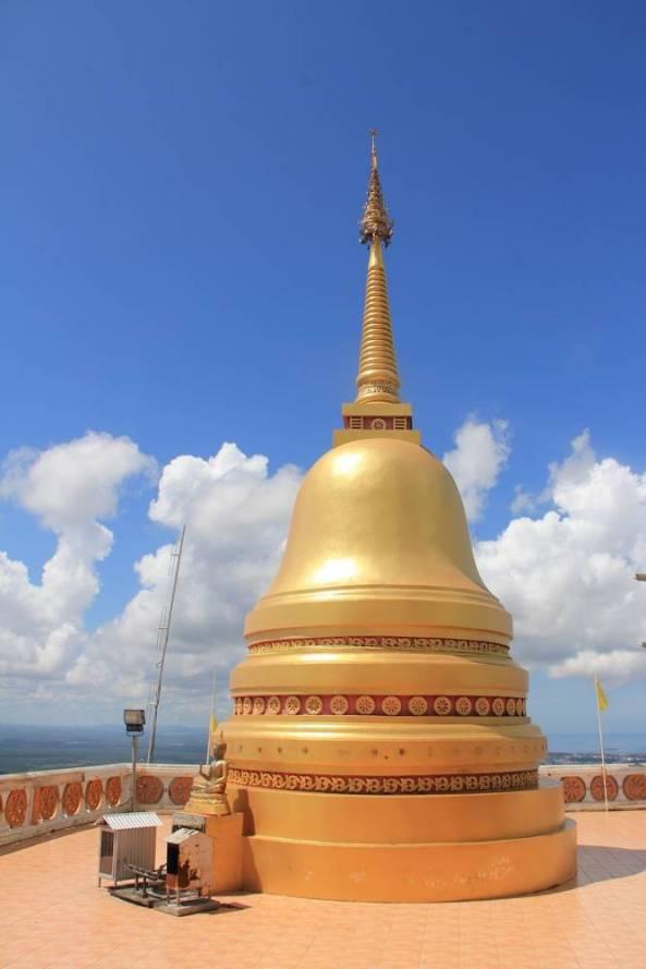 золотая ступа на вершине горы