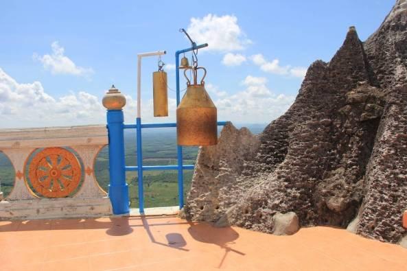 колокол на на вершине скалы