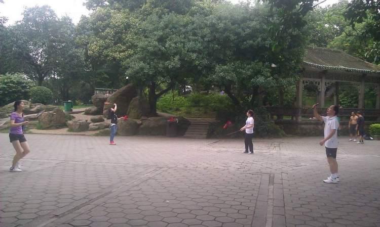 играют в бадминтон в парке