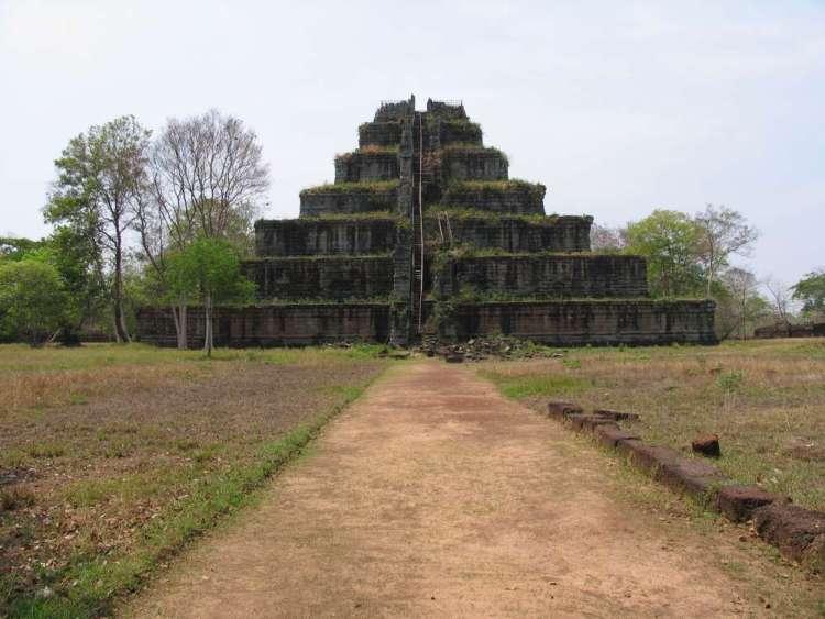 Пирамида Кох Кер в Камбодже