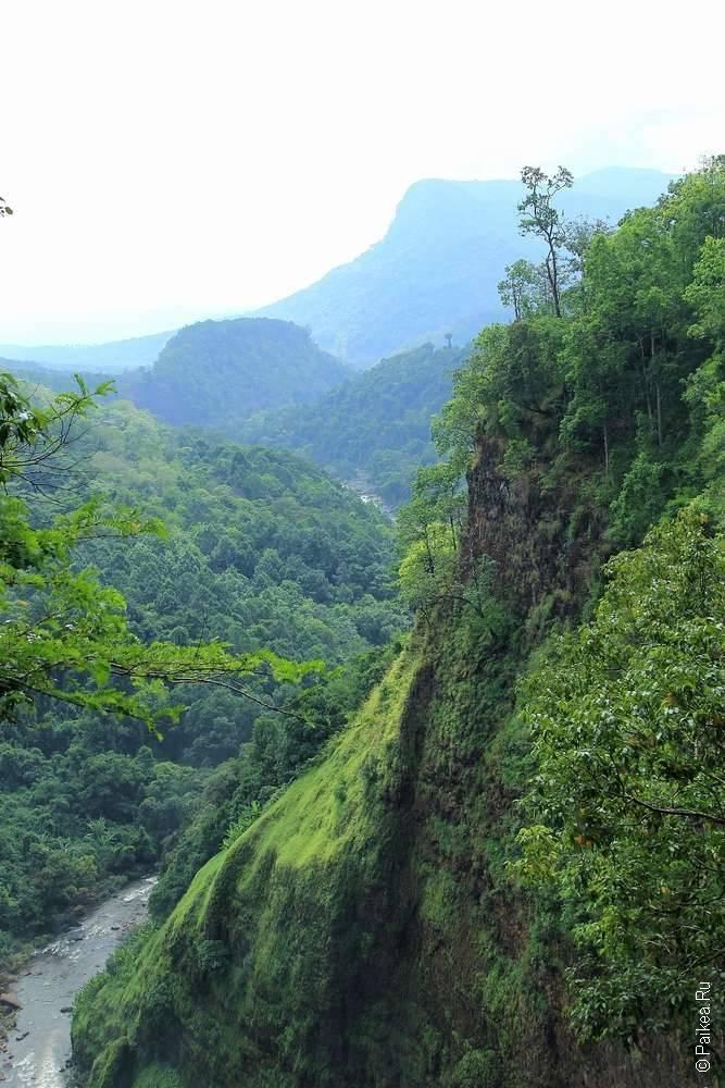 Вид с водопада на русло реки