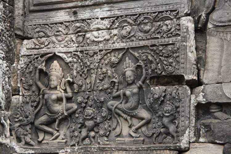 Может, одна из этих небесных танцовщиц, мать Писнокара, Типсода Чан? Оформление храма Байон в Камбодже