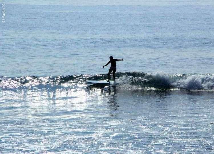 Серфенгист в волнах Тихого океана