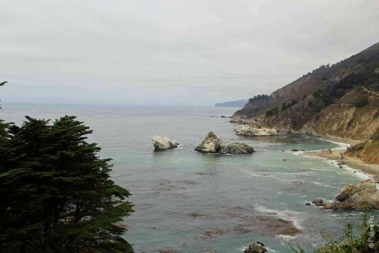 Мелкие скалы у побережья Калфиорнии