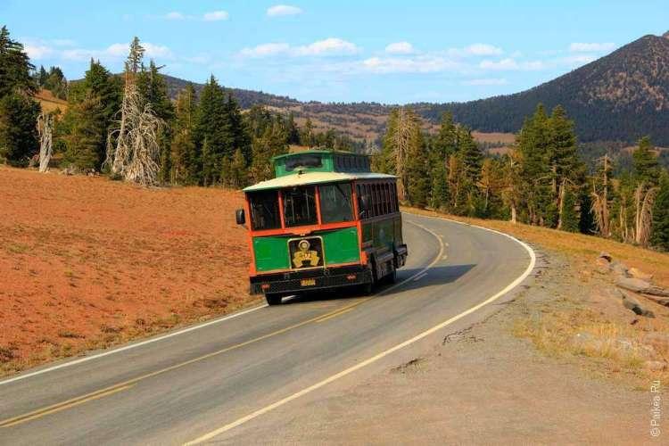 Зеленый шаттл на дороге