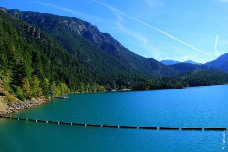 Вода бирюзового цвета на озере Диабло