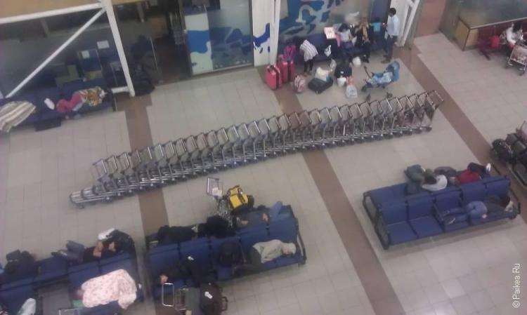 Люди спят в аэропорту