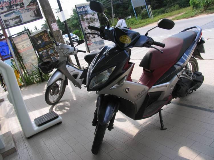 Наш первый мотобайк, взятый в аренду на 3 дня на острове Самуи