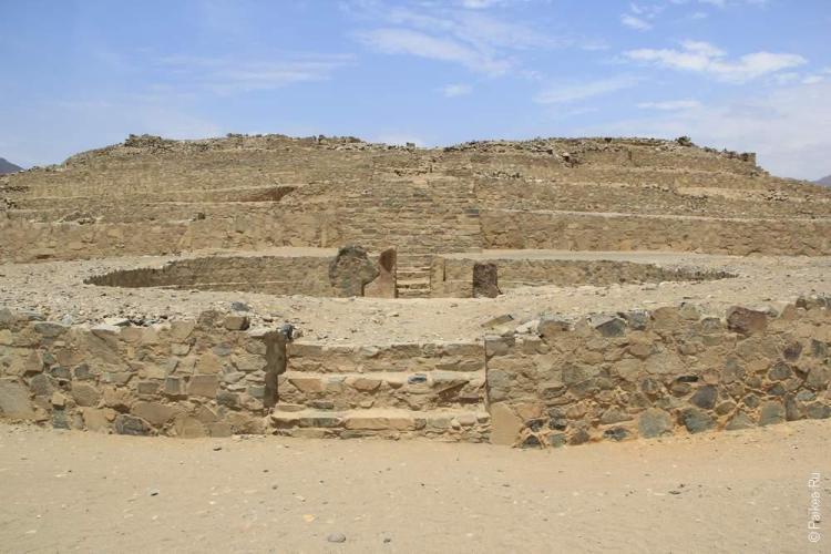 Круг в строении пирамиды. К сожалению, с земли фото может быть только таким