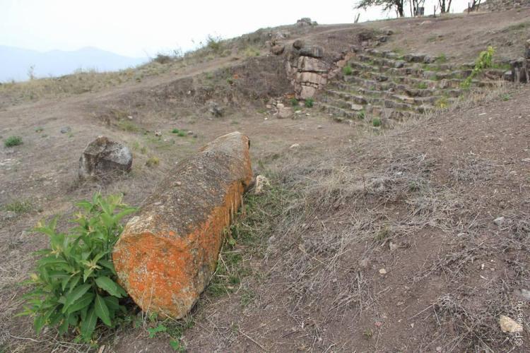 каменный идол лежит