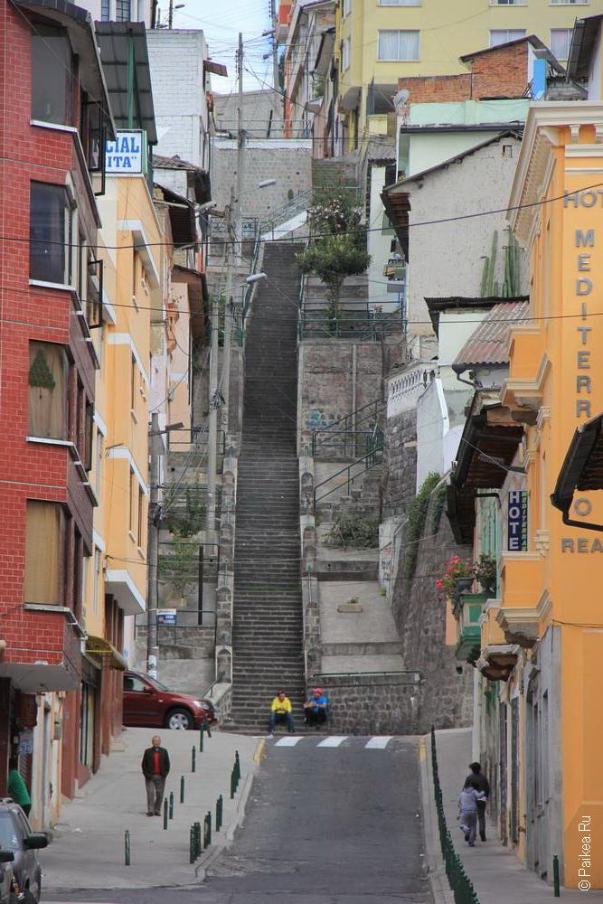 крутая лестница на улице города