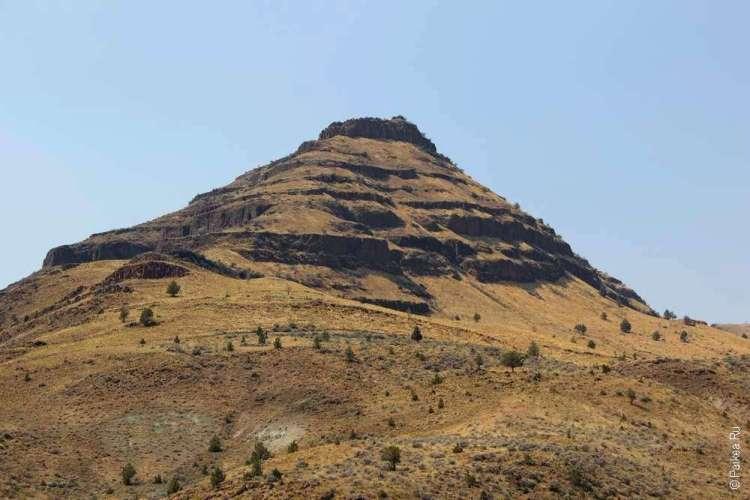 Гора пирамидальнйо формы в Орегоне