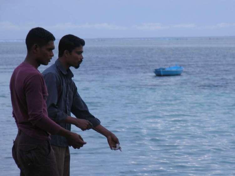 Мальдивы - утренняя рыбалка на пляже