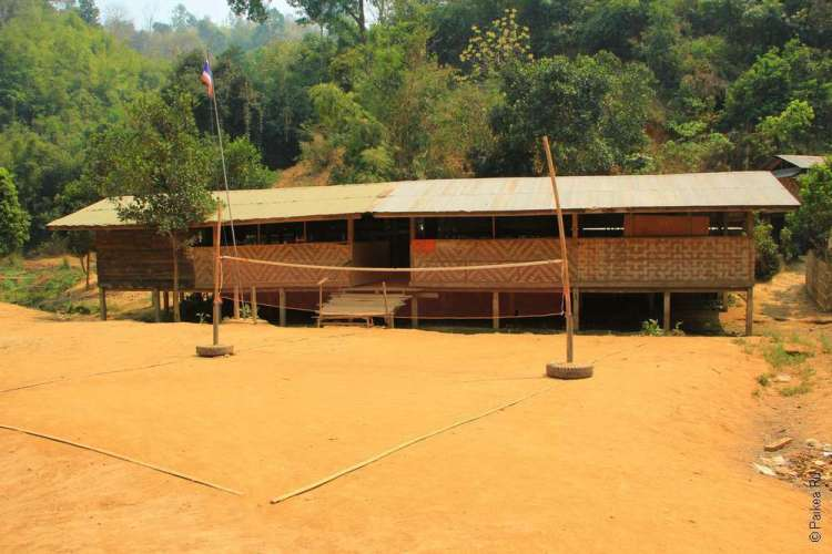 Школа в деревне каренов