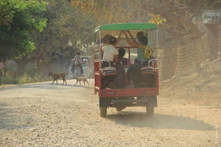 Туристы на пыльной дороге