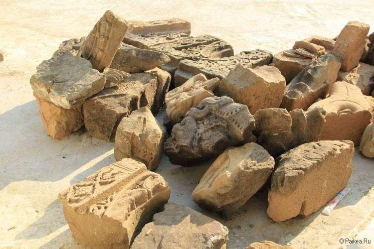 Разрушенные элементы храмов в Мраук-У