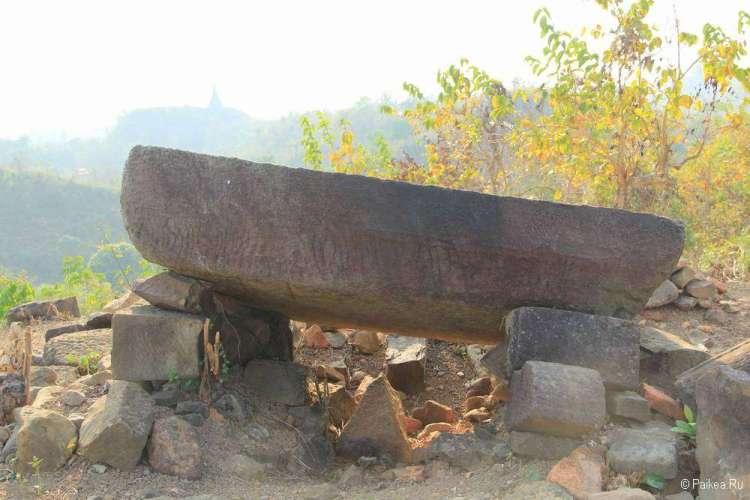 Мегалит на холме в Мраук-У