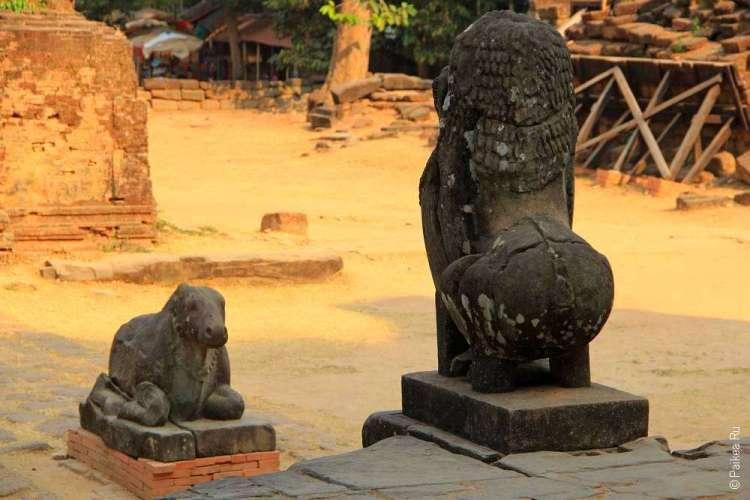 Статуи льва и быка