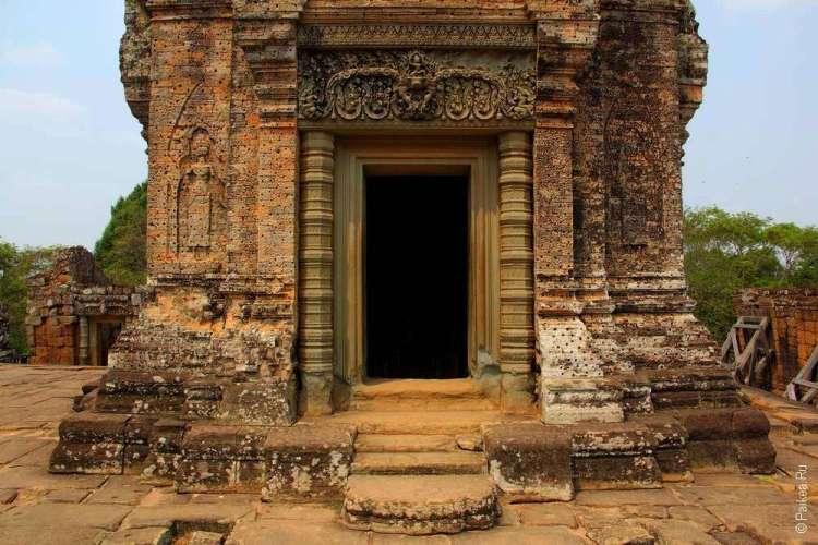 Вход внутрь храма Мебон богато украшен