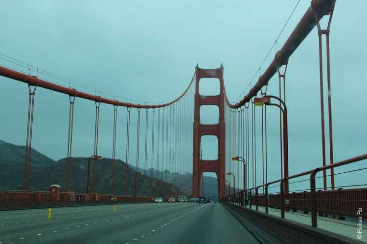 На мосту Золотые Ворота в городе Сан-Франциско