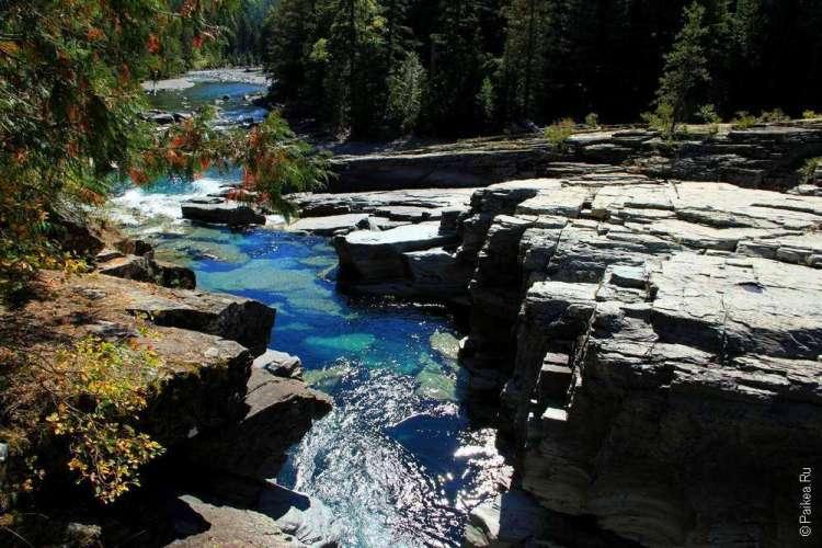 Голубая вода в ручье парка Глейшер в Монтане