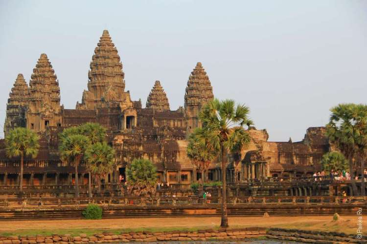 Очаровательные башенки храма Ангкор Ват в закатных лучах солнца