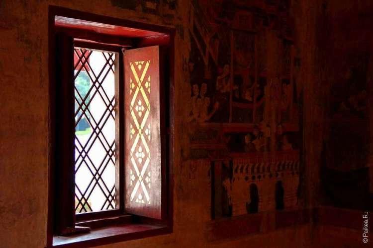Расписные окна в тайском храме