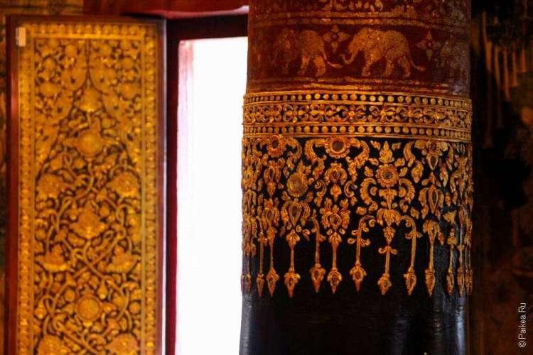 Резные колонны в храме Таиланда