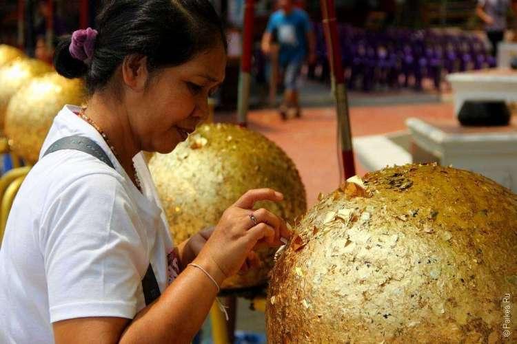 Женщина клеит золотой литстик