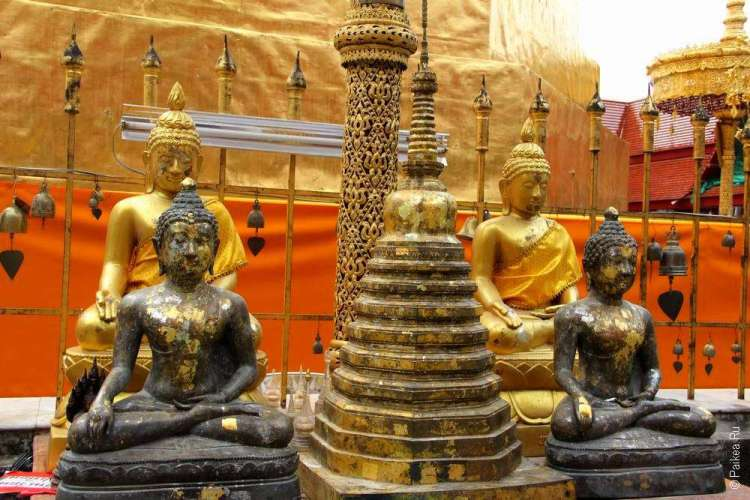 Фигурки Будды в храме