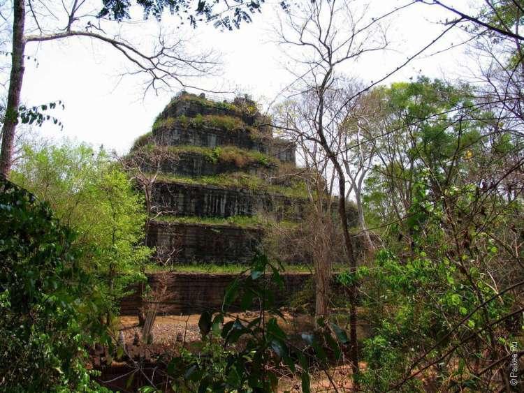 Вид на пирамиду смерти Кох Кер