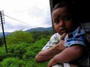 Маленький пассажир поезда в Шри-Ланке